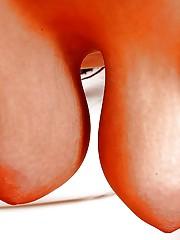 Жопастая барышня на кресле трахает вагину самотыком